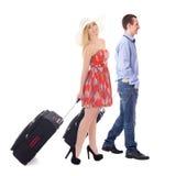 Concept de voyage - vue de côté de jeunes ajouter à l'isolat de valises Image stock