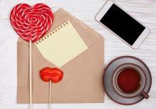 Concept de vue supérieure, de femme toujours la vie avec l'enveloppe de lettre d'amour Photos stock