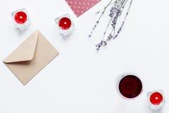 Concept de vue supérieure de fond blanc de lettre d'amour de Valentine Day Photo stock