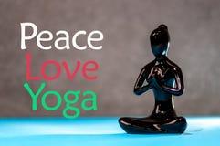 Concept de yoga d'amour de paix La figurine femelle saine de méditation dans le zen de paix, d'âme et d'esprit équilibrent le con Photo libre de droits