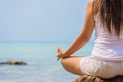 Concept de yoga pose de pratique de lotus de main de femme Image libre de droits