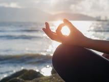 Concept de yoga Pose de pratique de lotus de main de femme de plan rapproché Photo stock