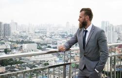 Concept debout caucasien de vue de ville de balustrades d'homme d'affaires photos stock