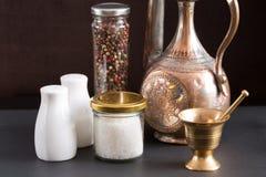 Concept des accessoires de sel et de poivre Image libre de droits