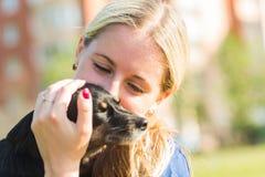 Concept des animaux familiers et du propriétaire heureux - la femme tient un chien dehors Photos stock
