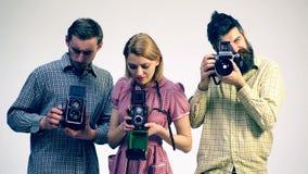 Concept des appareils-photo antiques Studio du ` s de photographe Trois jeunes photographes clips vidéos