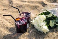 Concept des boissons de sangria et du bouquet des roses blanches Image stock