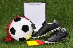 Concept des choses pour l'arbitre d'un match de football sur l'herbe verte Photos stock