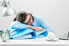 Concept - des heures supplémentaires dans le bureau, comptable fatigué dans le rapport photo libre de droits