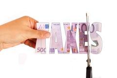 Concept des impôts Les ciseaux ont coupé le billet de banque 500 impôts d'inscription d'euros Photographie stock