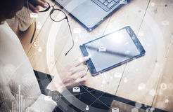 Concept des interfaces virtuelles, icônes numériques, connexions en ligne Comprimé moderne émouvant de main femelle de vue supéri Photos stock