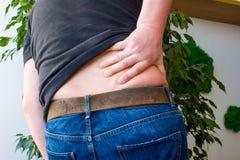 Concept des maux de dos, les douleurs de dos ou les manifestations ou les symptômes de la radiculopathie L'homme a saisi avec la  photo stock