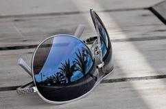 Le voyageur rêve le concept - réflexion sur des lunettes de soleil Photographie stock