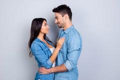 Concept des relations romantiques entre l'homme et la femme mulâtre Image libre de droits