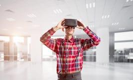 Concept des technologies amusantes modernes avec le masque de port de réalité virtuelle de l'homme Image stock