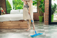 Concept des travaux domestiques et de ménage Plancher de nettoyage de femme avec le MOIS image stock