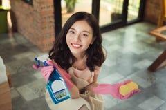 Concept des travaux domestiques et de ménage Plancher de nettoyage de femme avec le balai à l'intérieur photos stock
