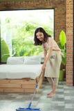 Concept des travaux domestiques et de ménage Plancher de nettoyage de femme avec le MOIS photos libres de droits