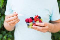Concept des végétariens, de la nourriture crue et des régimes - le plan rapproché de la prise de l'homme porte des fruits et des  image libre de droits