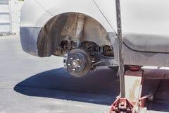 Concept des véhicules à moteur : La roue de voiture est maintenue Images libres de droits