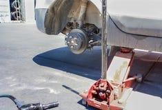 Concept des véhicules à moteur : La roue de voiture est maintenue sur Professiona Images stock