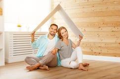 Concept die een jonge familie huisvesten Paar in nieuw huis Royalty-vrije Stock Afbeeldingen