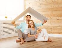 Concept die een jonge familie huisvesten Paar in nieuw huis Stock Foto's