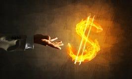 Concept die geld met de brandsymbool van de dollarmunt maken op donkere achtergrond Stock Afbeelding