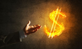 Concept die geld met de brandsymbool van de dollarmunt maken op donkere achtergrond Stock Foto
