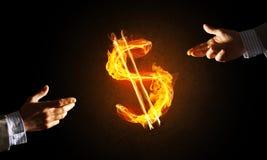 Concept die geld met de brandsymbool van de dollarmunt maken op donkere achtergrond Royalty-vrije Stock Afbeelding