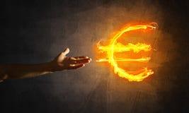 Concept die geld met het euro symbool van de muntbrand op donkere achtergrond maken Royalty-vrije Stock Afbeelding