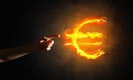 Concept die geld met het euro symbool van de muntbrand op donkere achtergrond maken Royalty-vrije Stock Fotografie