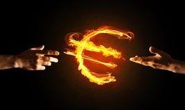 Concept die geld met het euro symbool van de muntbrand op donkere achtergrond maken Royalty-vrije Stock Foto