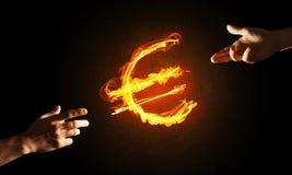 Concept die geld met het euro symbool van de muntbrand op donkere achtergrond maken Stock Afbeeldingen