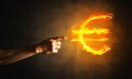 Concept die geld met het euro symbool van de muntbrand op donkere achtergrond maken Stock Fotografie