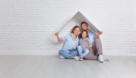 Concept die jonge familie huisvesten Moedervader en kind in nieuw h stock afbeelding