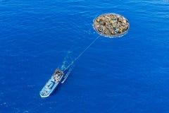 Concept die oceaanwater van puin en plastiek schoonmaken Het verwijderen van verontreinigende stoffen die schip en net gebruiken royalty-vrije stock afbeeldingen