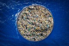 Concept die oceaanwater van puin en plastiek schoonmaken Het verwijderen van verontreinigende stoffen die schip en net gebruiken stock fotografie