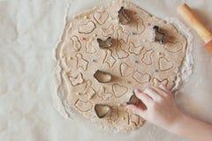 Concept die Pasen-voedsel met kind in de keuken voorbereiden, huisvrije tijd royalty-vrije stock foto's