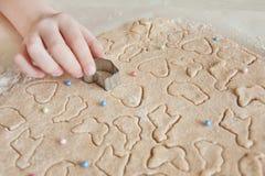 Concept die Pasen-voedsel met kind in de keuken voorbereiden, huisvrije tijd stock afbeeldingen