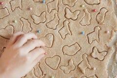 Concept die Pasen-voedsel met kind in de keuken voorbereiden, huisvrije tijd royalty-vrije stock afbeelding