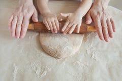 Concept die voedsel met kind in de keuken voorbereiden, huisvrije tijd stock afbeeldingen