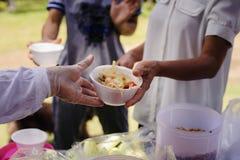 Concept die vrij voedsel dienen aan de armen: Vrij voedsel, die resten gebruiken om hongerig te voeden: Voedselconcept hoop: Voed royalty-vrije stock fotografie