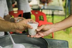 Concept die vrij voedsel dienen aan de armen: Vrij voedsel, die resten gebruiken om hongerig te voeden: Voedselconcept hoop: Voed stock foto's
