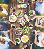 Concept dinant extérieur de personnes d'amitié d'amis Image stock