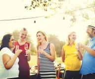 Concept dinant extérieur de personnes d'amitié d'amis Photographie stock libre de droits