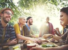 Concept dinant extérieur de personnes d'amitié d'amis Photographie stock