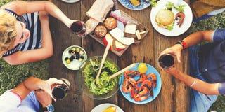 Concept dinant extérieur de personnes d'amitié d'amis Photo stock