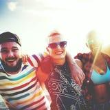 Concept divers d'été de plage de liaison d'amusement d'amies de personnes Photographie stock libre de droits