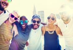 Concept divers d'amusement d'amis d'été de bâtiments de ville Photographie stock